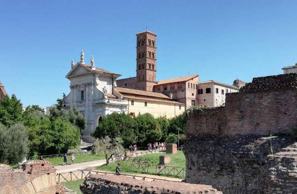 visiter les églises autour des forums antiques